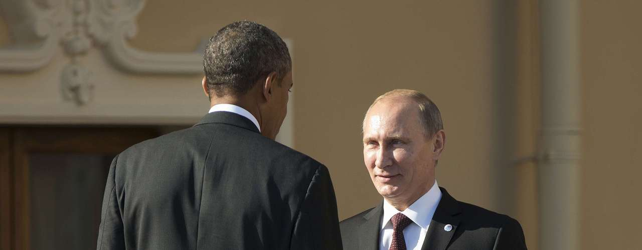 U.S. President Barack Obama (L) talks with Russia's President Vladimir Putin during arrivals for the G20 summit at the Konstantin Palace in St. Petersburg, September 5, 2013. REUTERS//Pablo Martinez Monsivais/Pool (RUSSIA - Tags: POLITICS BUSINESS)