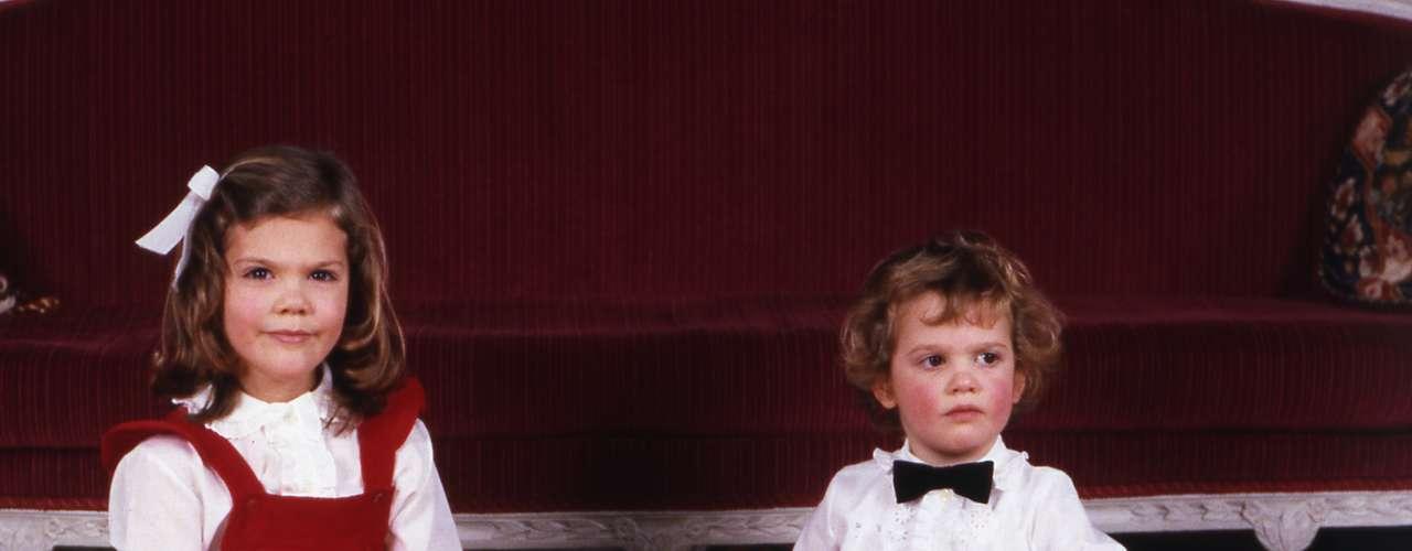 Estos tres hermanitos tan coquetos son nada más y nada menos que los príncipesVictoria, Magdalena y Carlos Felipe de Suecia.