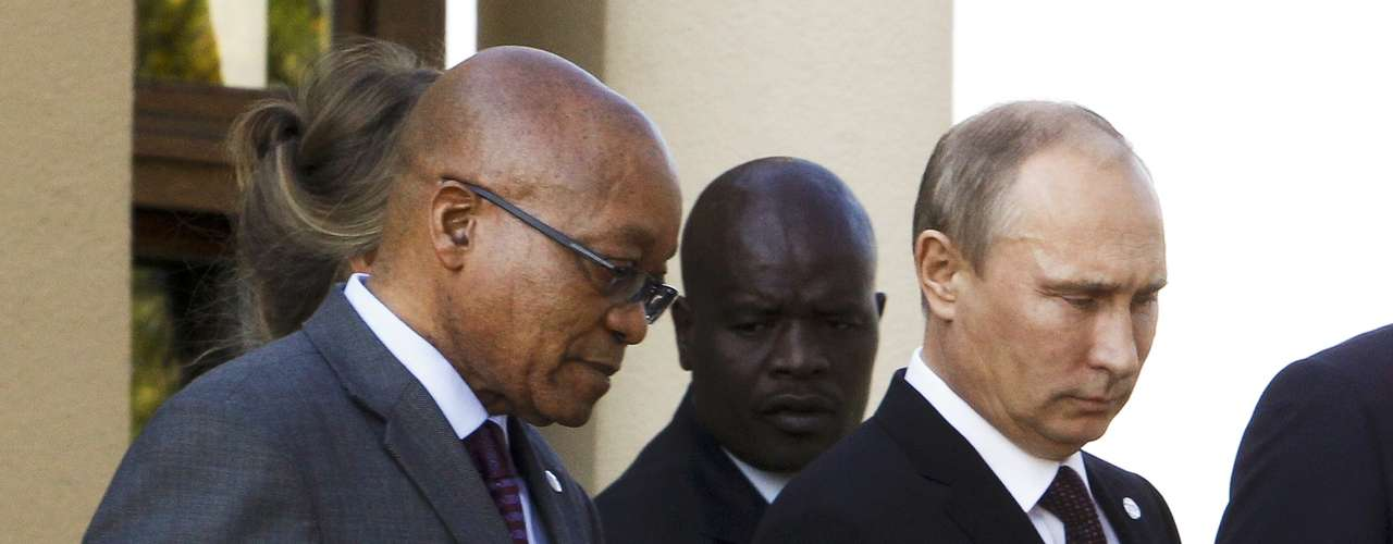 Russia's President Vladimir Putin and South African President Jacob Zuma (L) arrive for a family picture after a BRICS leaders' meeting at the G20 Summit in Strelna near St. Petersburg, September 5, 2013.   REUTERS/Sergei Karpukhin (RUSSIA  - Tags: POLITICS)