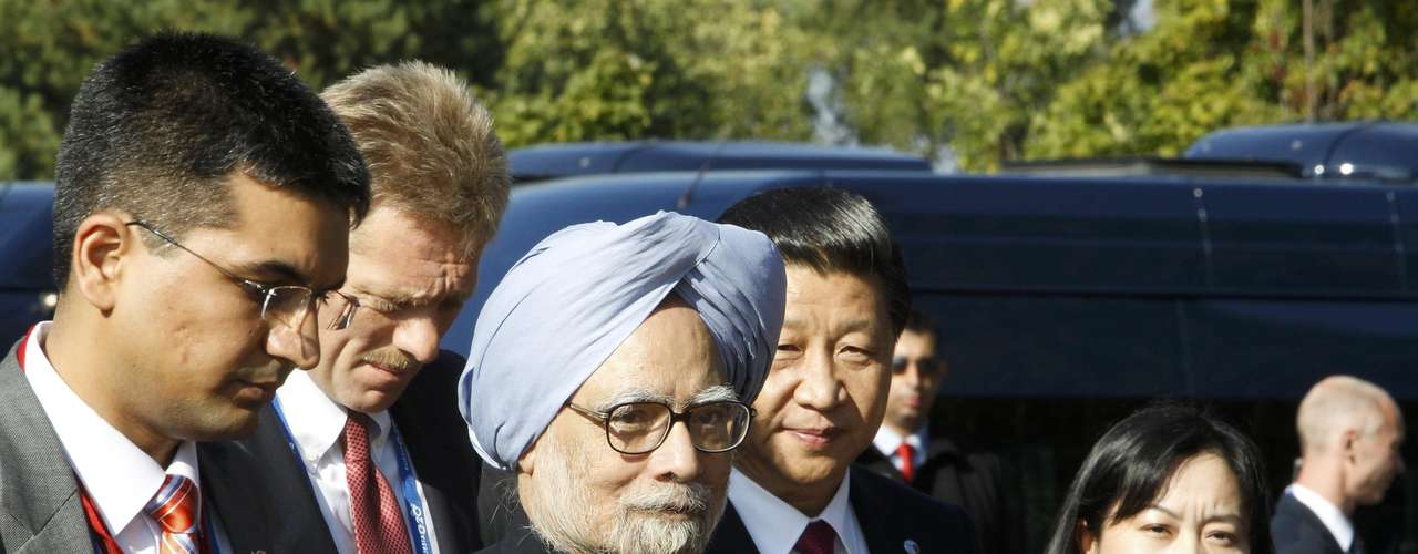 India's Prime Minister Manmohan Singh (C) arrives for a family picture after a BRICS leaders' meeting at the G20 Summit in Strelna near St. Petersburg, September 5, 2013.   REUTERS/Sergei Karpukhin (RUSSIA  - Tags: POLITICS)