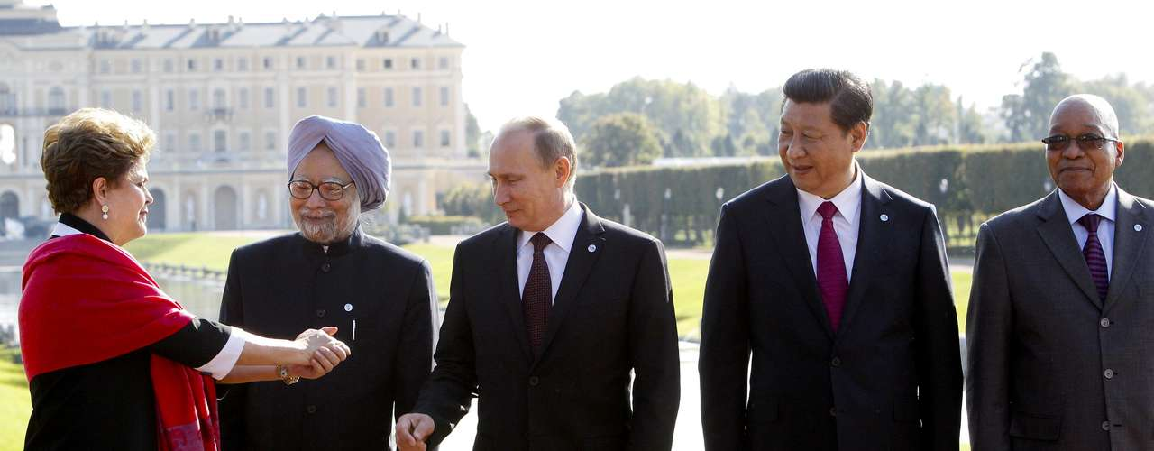 Brazil's President Dilma Rousseff gestures next to India's Prime Minister Manmohan Singh, Russia's President Vladimir Putin, China's President Xi Jinping and South African President Jacob Zuma (L-R) as they pose for a picture after a BRICS leaders' meeting at the G20 Summit in Strelna near St. Petersburg, September 5, 2013.  REUTERS/Sergei Karpukhin (RUSSIA  - Tags: POLITICS)