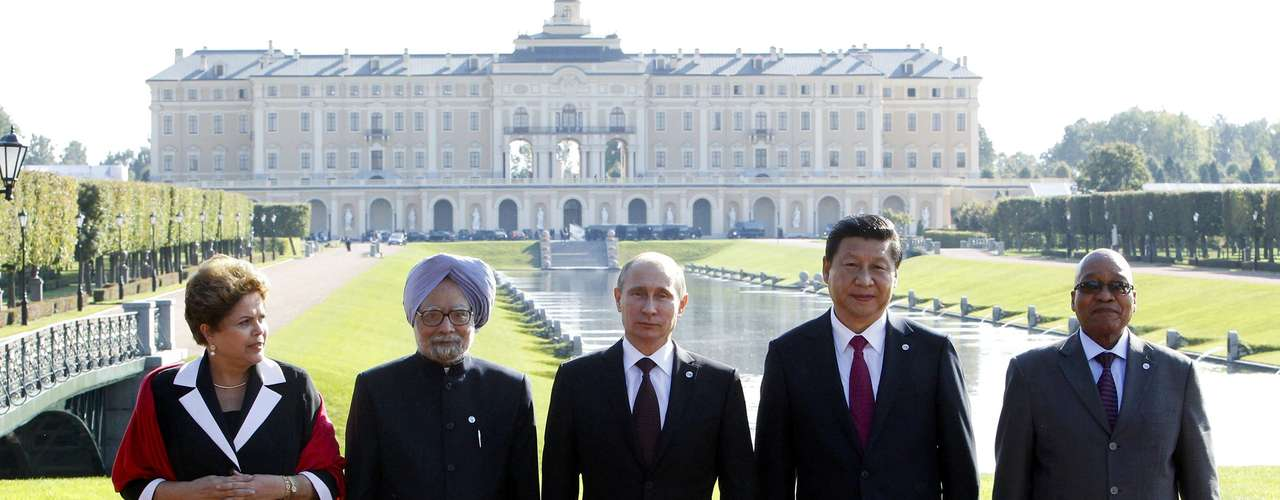 Brazil's President Dilma Rousseff, India's Prime Minister Manmohan Singh, Russia's President Vladimir Putin, China's President Xi Jinping and South African President Jacob Zuma (L-R) pose for a picture after a BRICS leaders' meeting at the G20 Summit in Strelna near St. Petersburg, September 5, 2013.  REUTERS/Sergei Karpukhin (RUSSIA  - Tags: POLITICS)