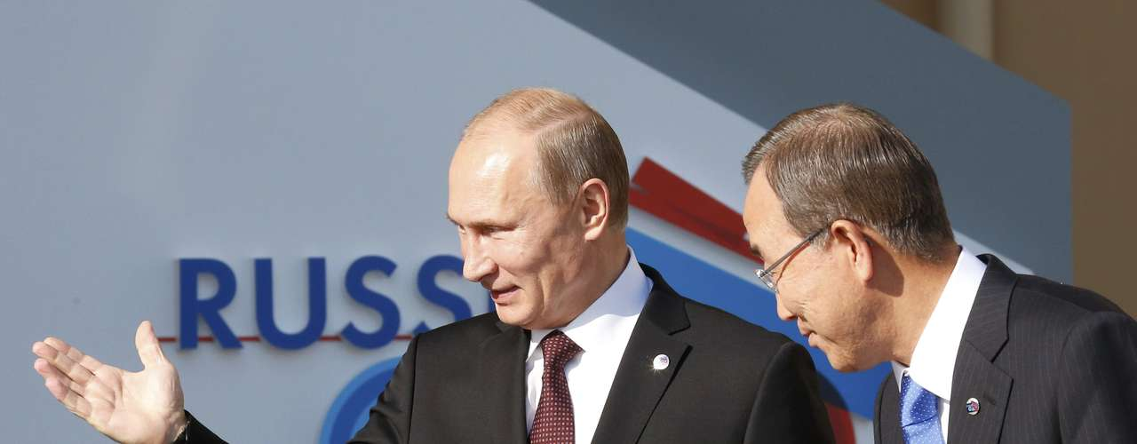 Russia's President Vladimir Putin (L) welcomes U.N. Secretary-General Ban Ki-moon at the G20 Summit in Strelna near St. Petersburg, September 5, 2013.    REUTERS/Grigory Dukor (RUSSIA  - Tags: POLITICS)