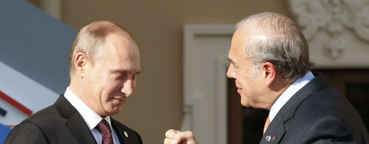 Russia's President Vladimir Putin (L) welcomes Angel Gurria, secretary-general of the Organisation for Economic Co-operation and Development (OECD) at the G20 Summit in Strelna near St. Petersburg, September 5, 2013.     REUTERS/Grigory Dukor (RUSSIA  - Tags: POLITICS)