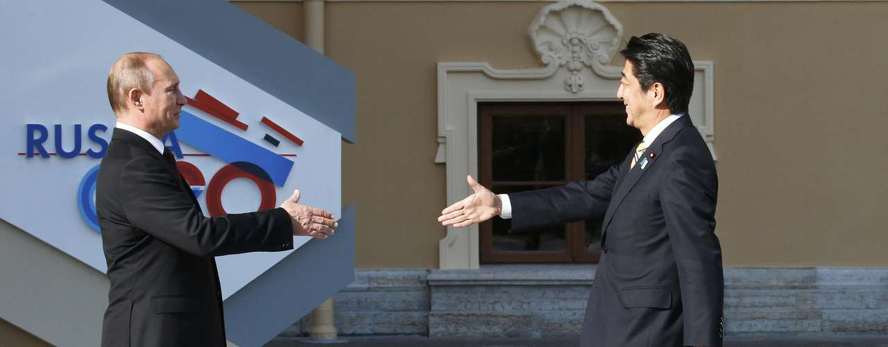 Russian President Vladimir Putin (L) welcomes Japan's Prime Minister Shinzo Abe before the first working session of the G20 Summit in Constantine Palace in Strelna near St. Petersburg, September 5, 2013.         REUTERS/Grigory Dukor (RUSSIA  - Tags: POLITICS)