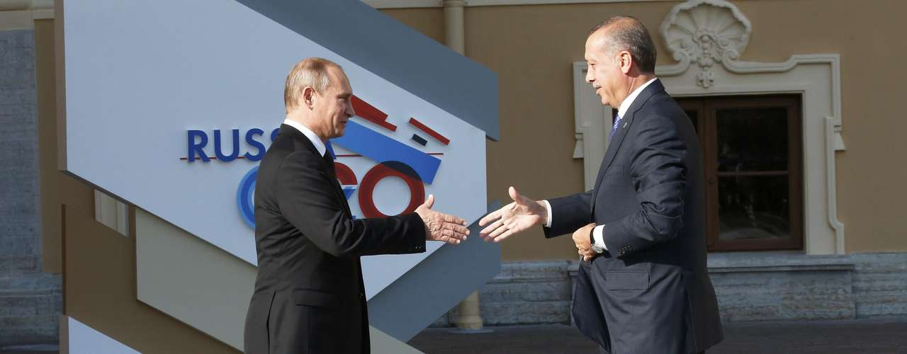 Russia's President Vladimir Putin (L) welcomes Turkish Prime Minister Tayyip Erdogan before the first working session of the G20 Summit in Constantine Palace in Strelna near St. Petersburg, September 5, 2013.         REUTERS/Grigory Dukor (RUSSIA  - Tags: POLITICS)