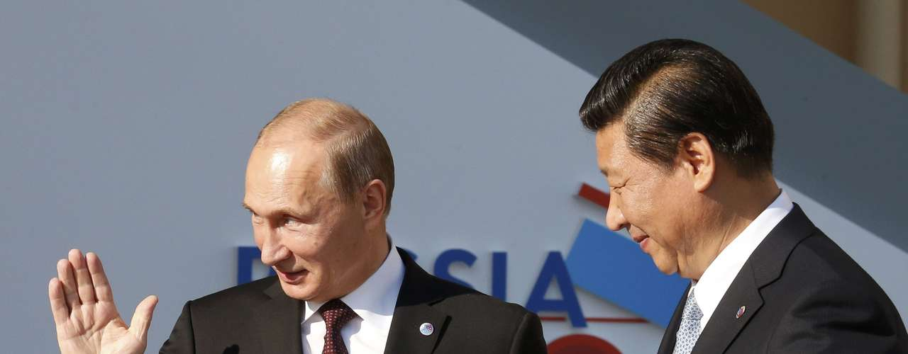 Russia's President Vladimir Putin (L) welcomes China's President Xi Jinping before the first working session of the G20 Summit in Constantine Palace in Strelna near St. Petersburg, September 5, 2013.           REUTERS/Grigory Dukor (RUSSIA  - Tags: POLITICS)