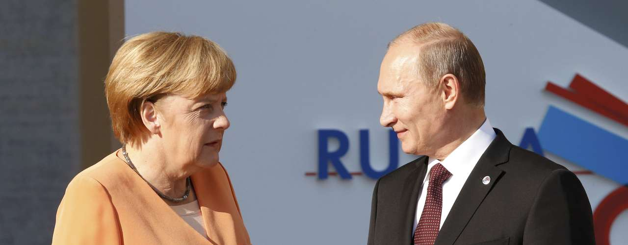 Russia's President Vladimir Putin (R) speaks with German Chancellor Angela Merkel before the first working session of the G20 Summit in Constantine Palace in Strelna near St. Petersburg, September 5, 2013.               REUTERS/Grigory Dukor (RUSSIA  - Tags: POLITICS)