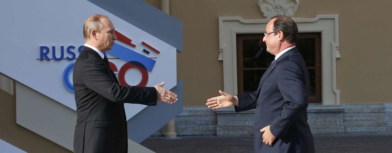 Russia's President Vladimir Putin (L) welcomes French President Francois Hollande before the first working session of the G20 Summit in Constantine Palace in Strelna near St. Petersburg, September 5, 2013.             REUTERS/Grigory Dukor (RUSSIA  - Tags: POLITICS TPX IMAGES OF THE DAY)