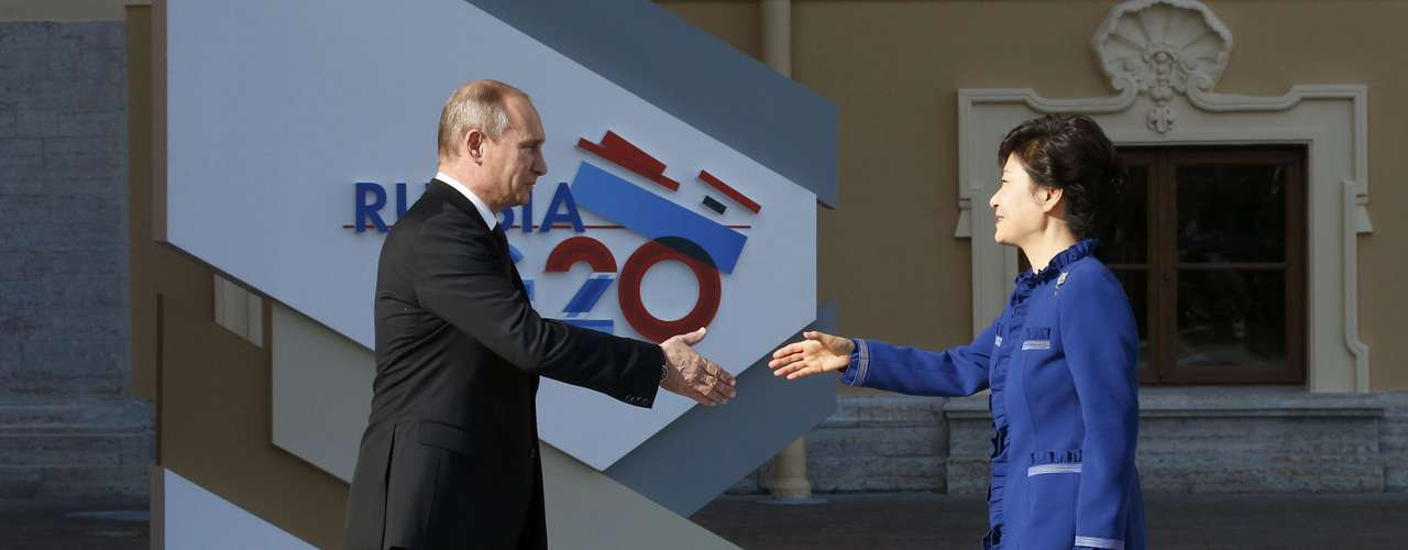 Russia's President Vladimir Putin (L) welcomes South Korean President Park Geun-hye before the first working session of the G20 Summit in Constantine Palace in Strelna near St. Petersburg, September 5, 2013.              REUTERS/Grigory Dukor (RUSSIA  - Tags: POLITICS)