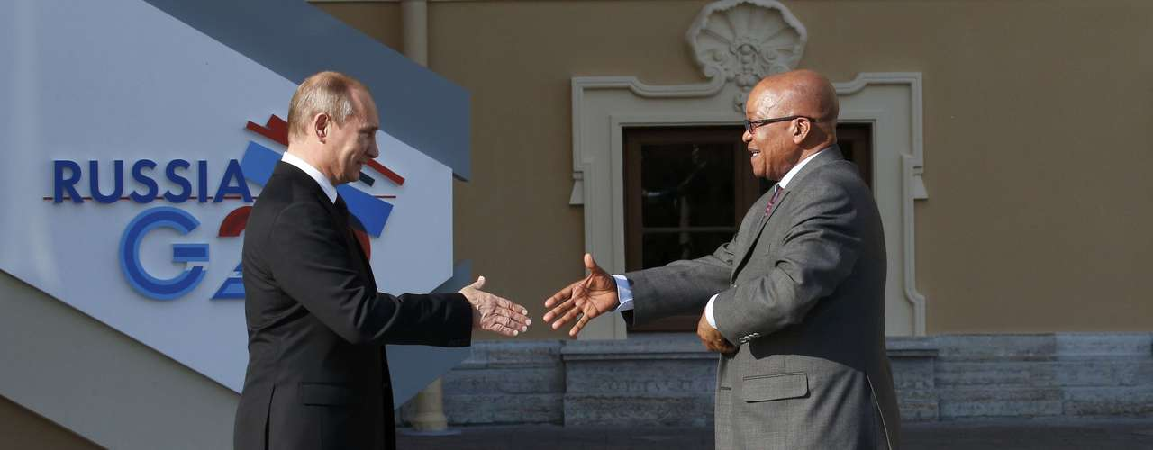 Russia's President Vladimir Putin (L) welcomes South African President Jacob Zuma before the first working session of the G20 Summit in Constantine Palace in Strelna near St. Petersburg, September 5, 2013.                REUTERS/Grigory Dukor (RUSSIA  - Tags: POLITICS)