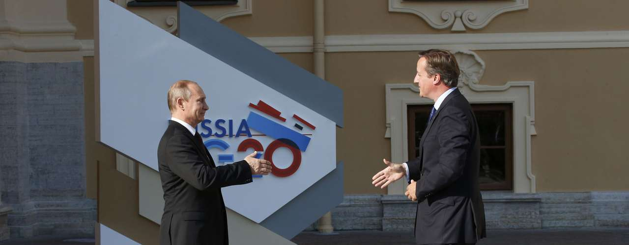 Russia's President Vladimir Putin (L) welcomes Britain's Prime Minister David Cameron before the first working session of the G20 Summit in Constantine Palace in Strelna near St. Petersburg, September 5, 2013.           REUTERS/Grigory Dukor (RUSSIA  - Tags: POLITICS)