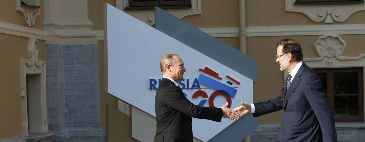 Russia's President Vladimir Putin (L) welcomes Spain's Prime Minister Mariano Rajoy before the first working session of the G20 Summit in Constantine Palace in Strelna near St. Petersburg, September 5, 2013.               REUTERS/Grigory Dukor (RUSSIA  - Tags: POLITICS)