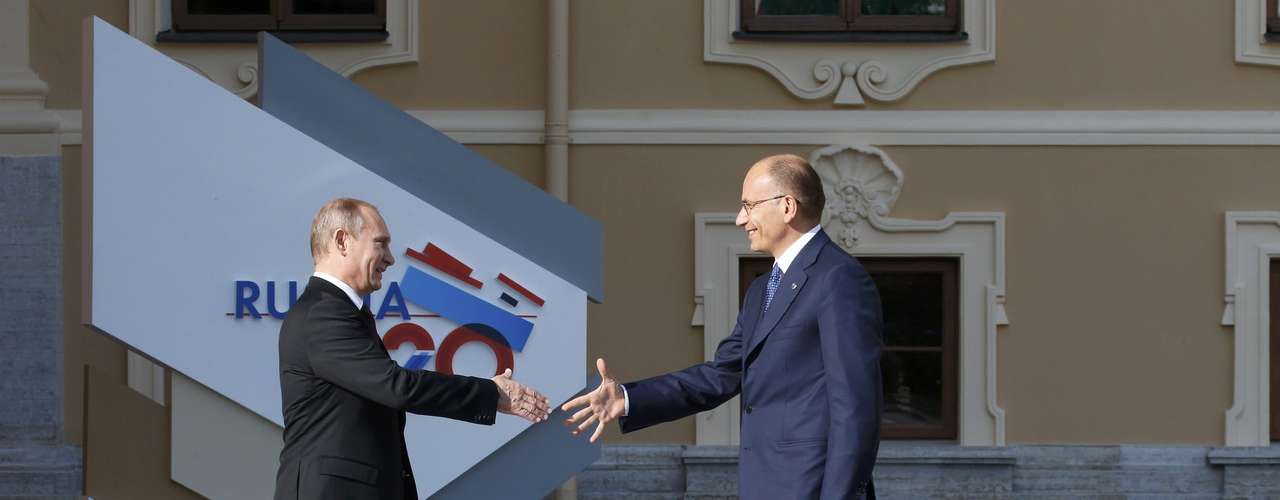 Russia's President Vladimir Putin (L) welcomes Italian Prime Minister Enrico Letta before the first working session of the G20 Summit in Constantine Palace in Strelna near St. Petersburg, September 5, 2013.                REUTERS/Grigory Dukor (RUSSIA  - Tags: POLITICS)