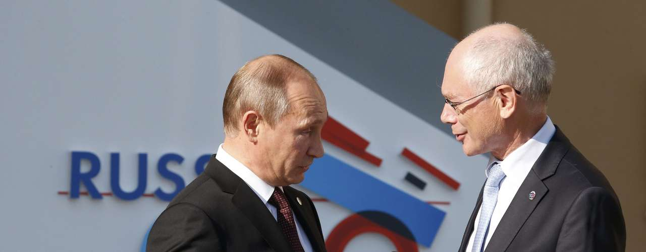 Russia's President Vladimir Putin (L) welcomes European Council President Herman van Rompuy before the first working session of the G20 Summit in Constantine Palace in Strelna near St. Petersburg, September 5, 2013.                REUTERS/Grigory Dukor (RUSSIA  - Tags: POLITICS)