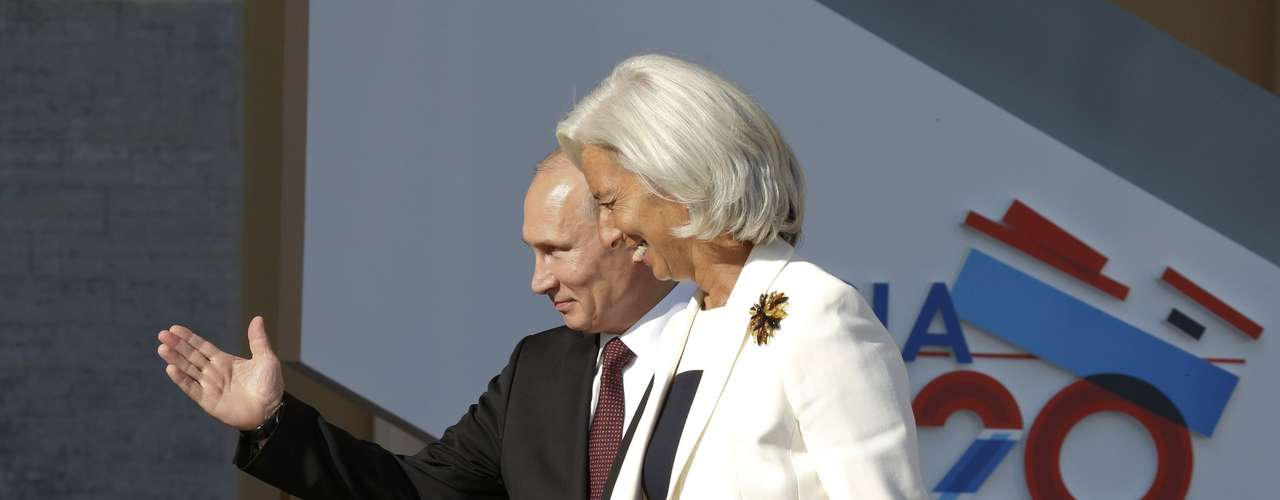 Russian President Vladimir Putin (L) welcomes International Monetary Fund (IMF) Managing Director Christine Lagarde before the first working session of the G20 Summit in Constantine Palace in Strelna near St. Petersburg, September 5, 2013.        REUTERS/Grigory Dukor (RUSSIA  - Tags: POLITICS)