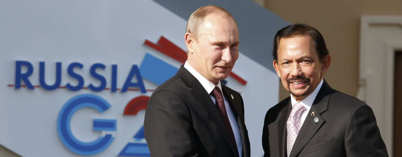 Russia's President Vladimir Putin (L) welcomes Brunei's Sultan Hassanal Bolkiah before the first working session of the G20 Summit in Constantine Palace in Strelna near St. Petersburg, September 5, 2013.               REUTERS/Grigory Dukor (RUSSIA  - Tags: POLITICS)
