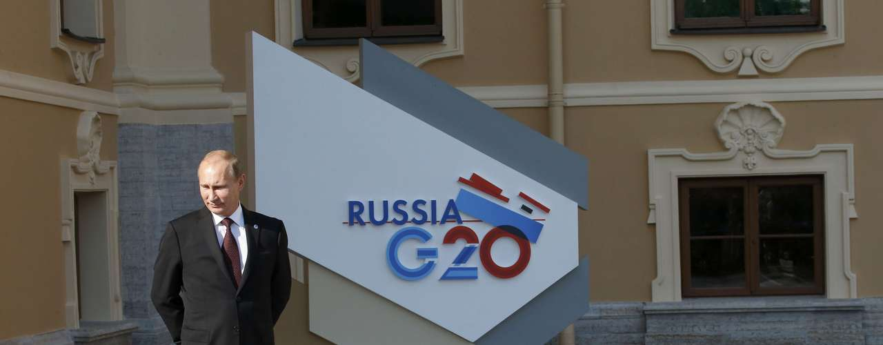 Russia's President Vladimir Putin waits for guests before the first working session of the G20 Summit in Constantine Palace in Strelna near St. Petersburg, September 5, 2013.               REUTERS/Grigory Dukor (RUSSIA  - Tags: POLITICS)
