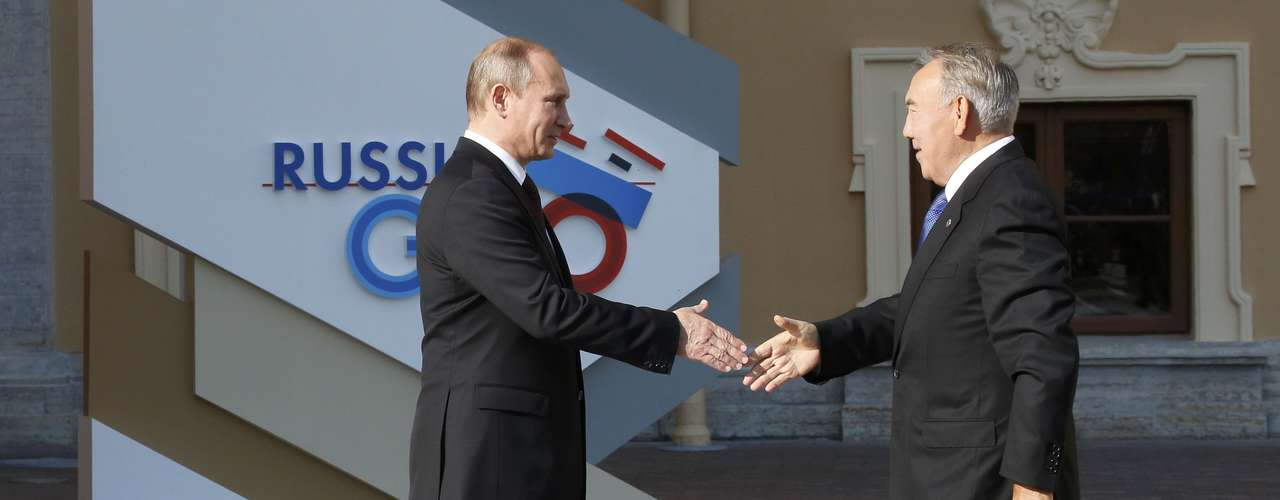 Russia's President Vladimir Putin (L) welcomes Kazakh President Nursultan Nazarbayev before the first working session of the G20 Summit in Constantine Palace in Strelna near St. Petersburg, September 5, 2013.               REUTERS/Grigory Dukor (RUSSIA  - Tags: POLITICS)