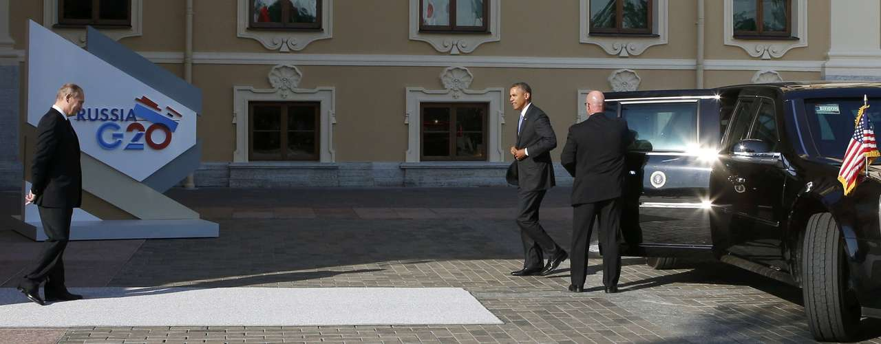 Russia's President Vladimir Putin (L) welcomes U.S. President Barack Obama before the first working session of the G20 Summit in Constantine Palace in Strelna near St. Petersburg, September 5, 2013.                 REUTERS/Grigory Dukor (RUSSIA  - Tags: POLITICS)