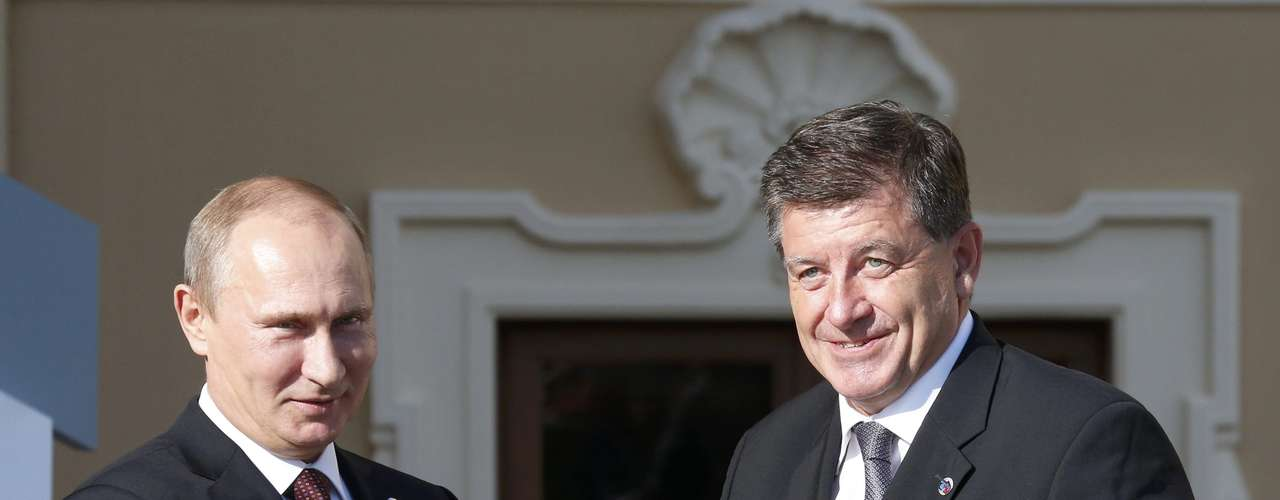 Russia's President Vladimir Putin (L) welcomes Guy Ryder, Director General of the International Labour Organization before the first working session of the G20 Summit in Constantine Palace in Strelna near St. Petersburg, September 5, 2013.                  REUTERS/Grigory Dukor (RUSSIA  - Tags: POLITICS)