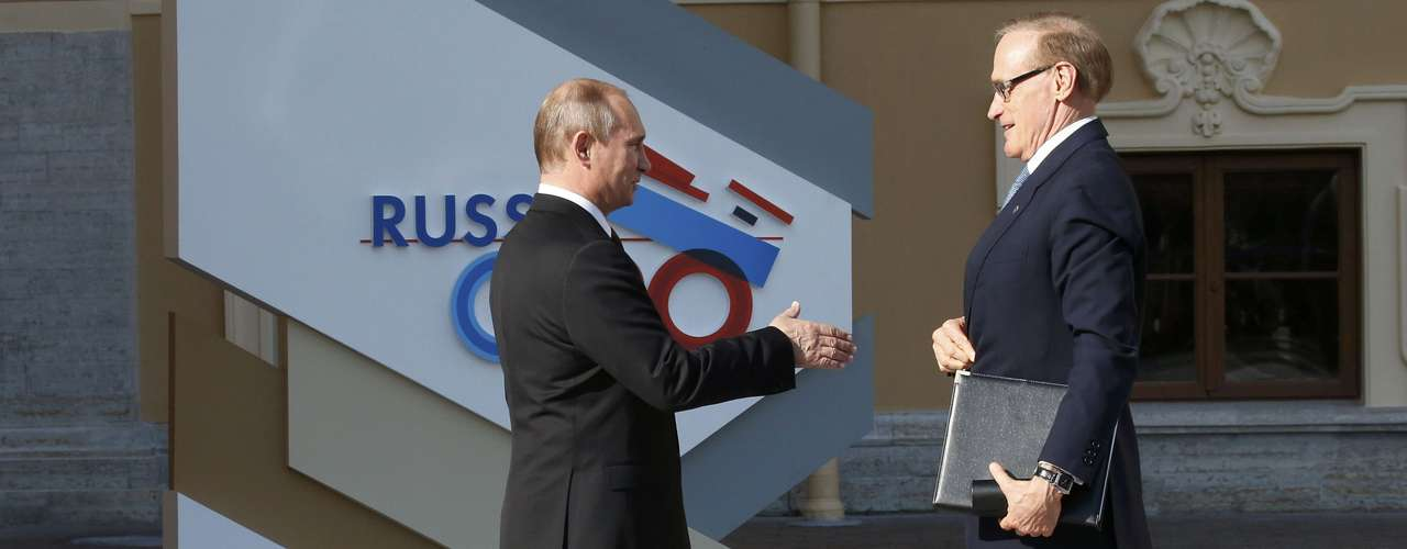 Russia's President Vladimir Putin (L) welcomes Australian Foreign Minister Bob Carr before the first working session of the G20 Summit in Constantine Palace in Strelna near St. Petersburg, September 5, 2013.                  REUTERS/Grigory Dukor (RUSSIA  - Tags: POLITICS)