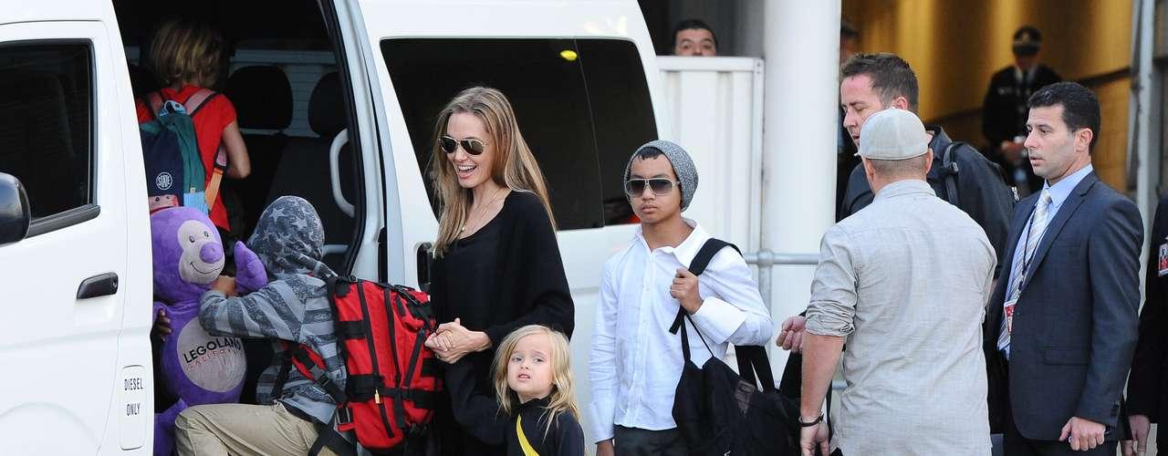 Angelina Jolie apuesta por el total look en color negro para llevar a toda su tropa al colegio. Todas las celebrities eligen estilismos cómodos y favorecedores ahora en septiembre cuando empieza el calendario escolar.