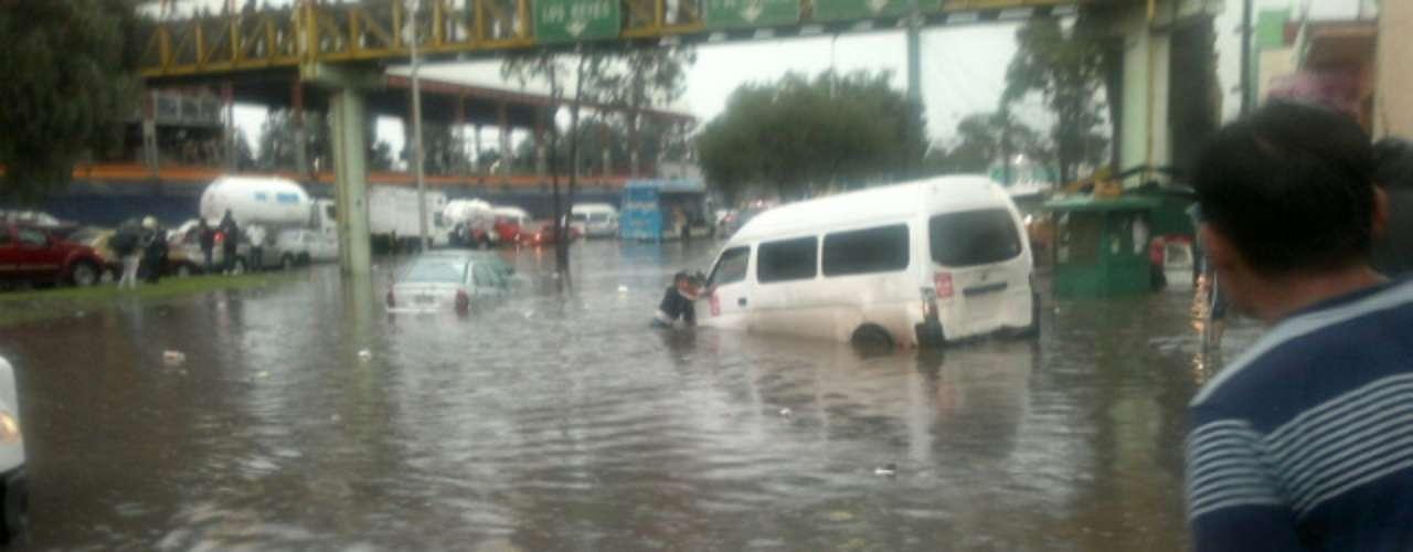 Las autoridades capitalinas llevan a cabo recorridos para coordinar los trabajos de desalojo y apoyo en colonias de las delegaciones Iztapalapa, Cuauhtémoc, Tlalpan y Tláhuac, en las que se registró lluvia torrencial.