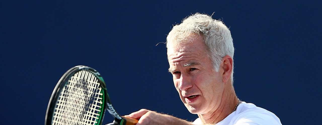 Años de experiencia...John McEnroe dando cátedra de tenis en juego de exhibición.