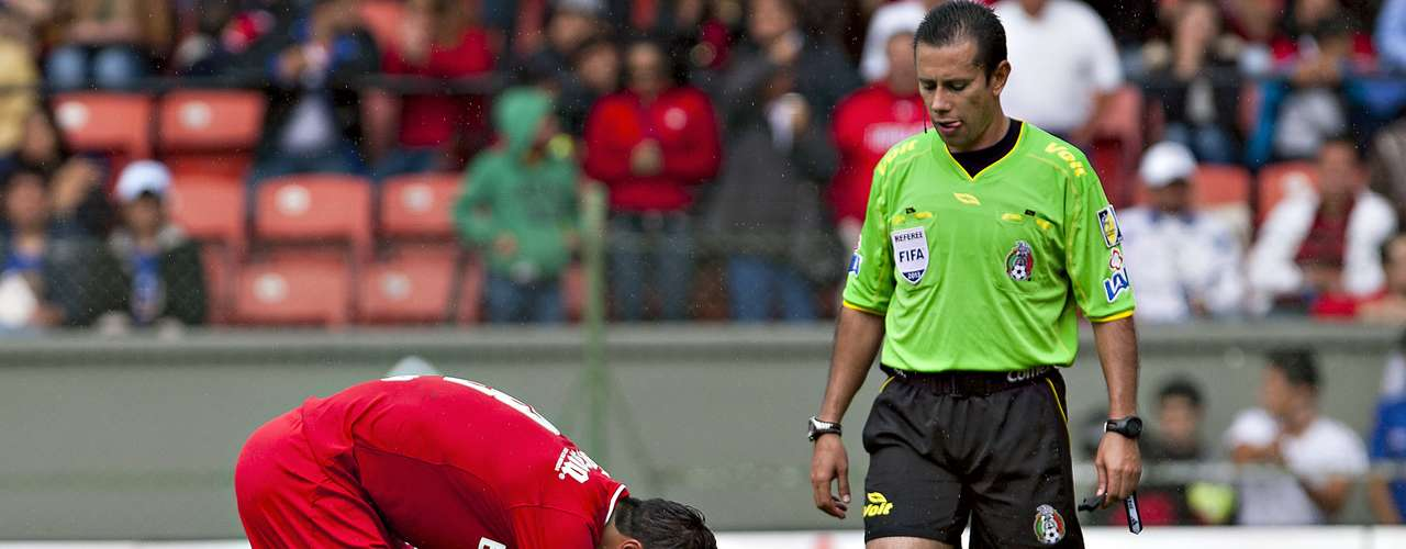 Al 93', Toluca tuvo un penal, después de una falta sobre el 'Pájaro' Benítez; Cacho se hizo cargo del cobro.