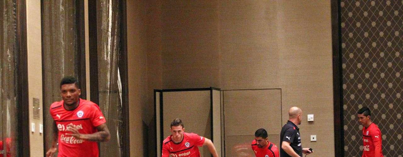 Los jugadores de la Selección Chilena hicieron una suave práctica en el salón del hotel donde alojaron en Ginebra, para sacarse el largo viaje de Chile hasta Suiza y alistando la estrategia para enfrentar a los hispanos este martes.