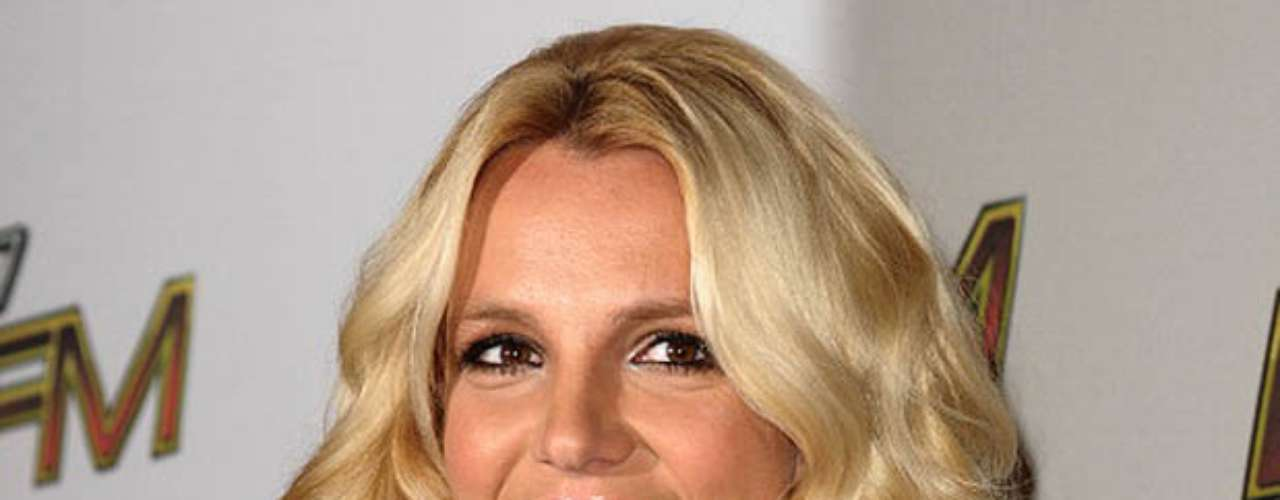 Britney Spears: La princesa del pop fue acusada por su exguardaespaldas de haberlo acosado sexualmente. En otra oportunidad la cantante provocó polémica cuando se reveló que habían sido robados de su hogar videos eróticos que grababa con sus parejas y muchos años antes.