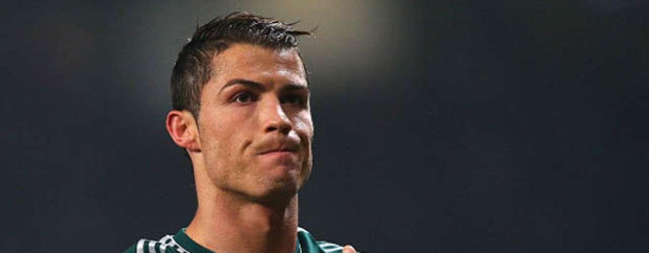 Cristiano Ronaldo: El futbolista tiene varias historias escandalosas. En 2008, el entonces jugador del Manchester estuvo involucrado en un escándalo por la orgía que hizo con sus compañeros de equipo y unas prostitutas contratadas de una agencia reconocida. En 2010, una mesera estadounidense hizo feliz al futbolista dándole su primer hijo. Ronaldo se involucró sexualmente con las polémicas Kim Kardashian y Paris Hilton. Para cerrar, el portugués fue fotografiado saliendo de un bar gay en compañía del famoso Lance Bass, exintegrante de N'Sync.
