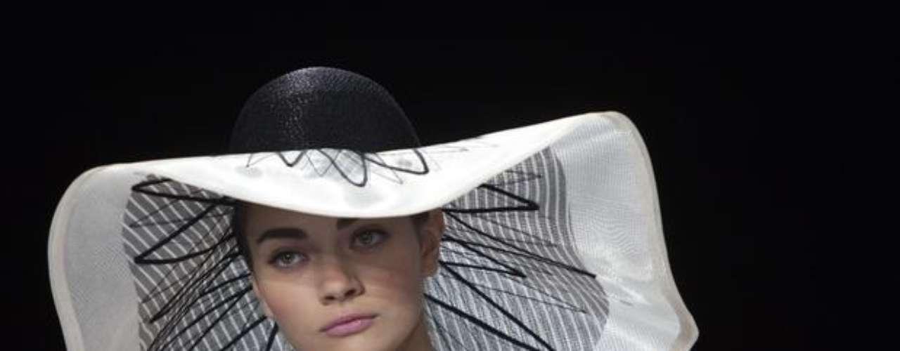 Organza y muselina fueron parte de los materiales que Carolina Herrera usó para su desfile primavera-verano 2014 en Mercedes-Benz Fashion Week New York. La diseñadora destacó en su colección el blanco y negro, ocre amarillo, ocre oscuro, té verde y porcelana.