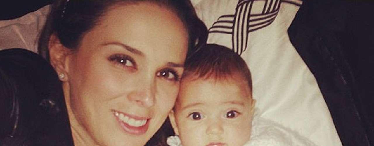 10 de Septiembre - Jacky Bracamontes no se despega de su pequeña hija con la cual vio el primer programa de 'La Voz... México' en su tercera temporada.