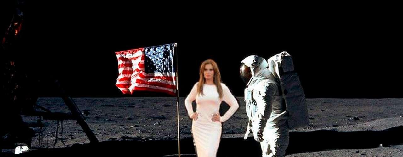 Sorprendió Lucía Méndez al llegar a la luna y en vestido de gala, el mismísimo que usó cuando posó con George Clooney y alfonso Cuarón en la red carpet de 'Gravity' en Venecia.