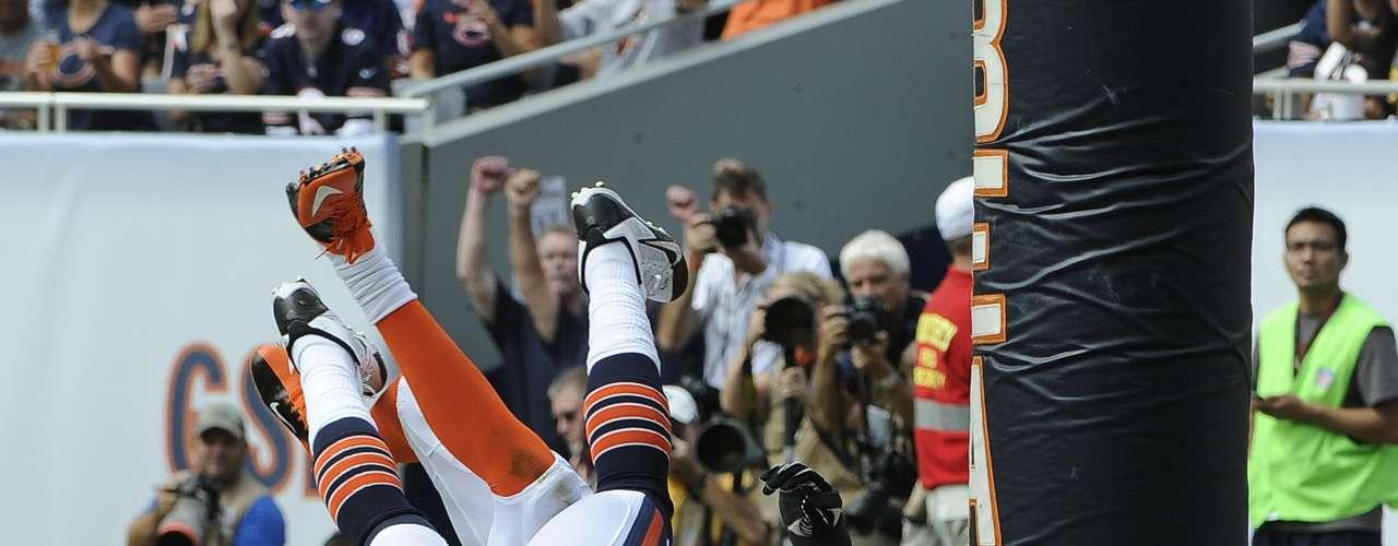 El receptor Martellus Bennet de los Bears logra un gran touchdown pese a la pegajosa marca de George Iloka, al caer ambos se llevaron un fuerte golpe