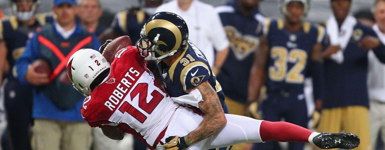 Cortland Finnegan de los Rams propina una espectacular tackleada al jugador de los Cardinals Andre Roberts