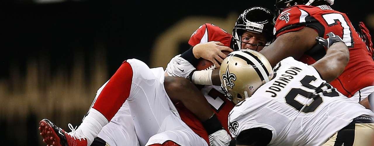 El QB de los Falconse Matt Ryan es capturado brutalmente por la defensiva de los Saints propinándole un duro golpe