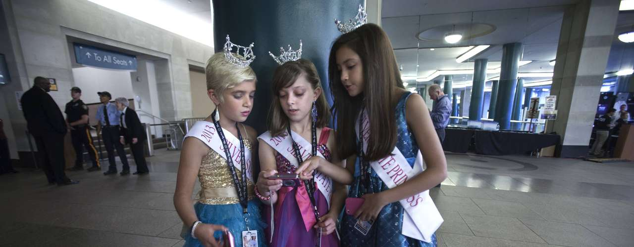 Miss America Nevada contestant supporters (L-R) Lily Nelson, Karina Ferris and Taryn Encinas look at a camera in the lobby before the preliminary round of the Miss America Pageant in Atlantic City, New Jersey, September 10, 2013. Miss America will be crowned during the final ceremony on Sunday, September 15.    REUTERS/Carlo Allegri  (UNITED STATES - Tags: ENTERTAINMENT)