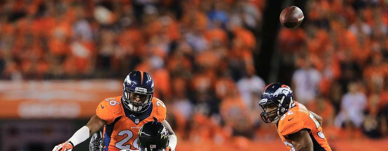 Dallas Clark de los Ravens no pudo completar el pase tras recibe un tremendo impacto por parte de Rahim Moore de los Broncos que lo mandó directo al césped