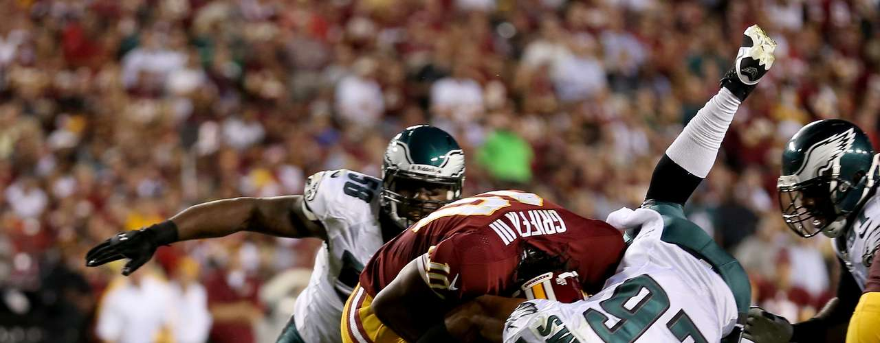 El CB Cary Williams de Eagles logra detener de manera impresionante al QB Robert Griffin III con un vuelo espectacular