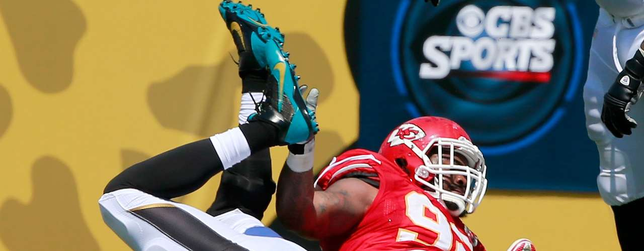 Impresionante fue el sack que logró Dontari Poe de los Chiefs sobre el QB de los Jaguares Blaine Gabbert, quien cayó de forma descompuesta en el césped