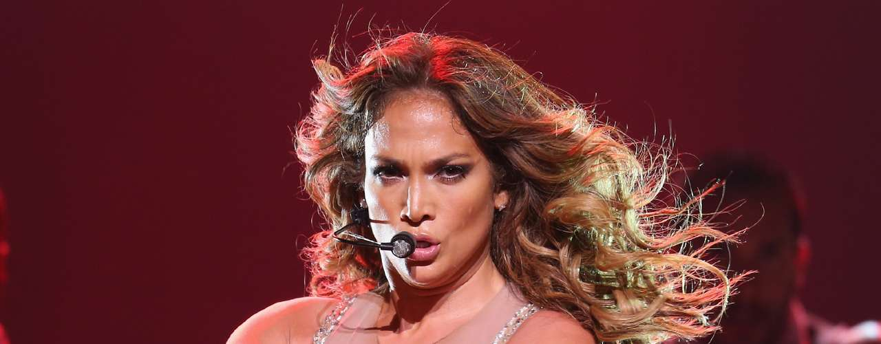Jennifer Lopez. Su reciente aparición en la televisión británica desató un escándalo porque usó un vestuario no apto para un programa familiar. En el ambito personal, sonó que a su actual novio también le gustan los hombres.