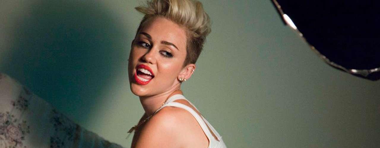 Miley Cyrus. Es joven en comparación a sus compañeras y aunque quizá no consiga el rol de diva como tal, sus escándalos están frescos y por ello son tomados en cuenta. Además de hacer 'perreo' en los MTV Video Music Awards, decidió desnudarse en su video, 'Wrecking Balls'.