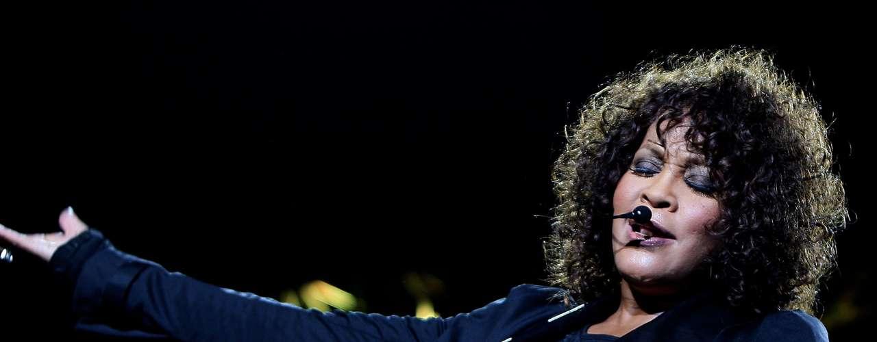 Whitney Houston. Siempre tuvo problemas por su adicción a las drogas y el alcohol, a pesar de su lucha por desintoxicarse, la intérprete de 'I Will Always Love You' murió en un hotel de Beverly Hills, los reportes indicaron que perdió la vida por sobredosis.