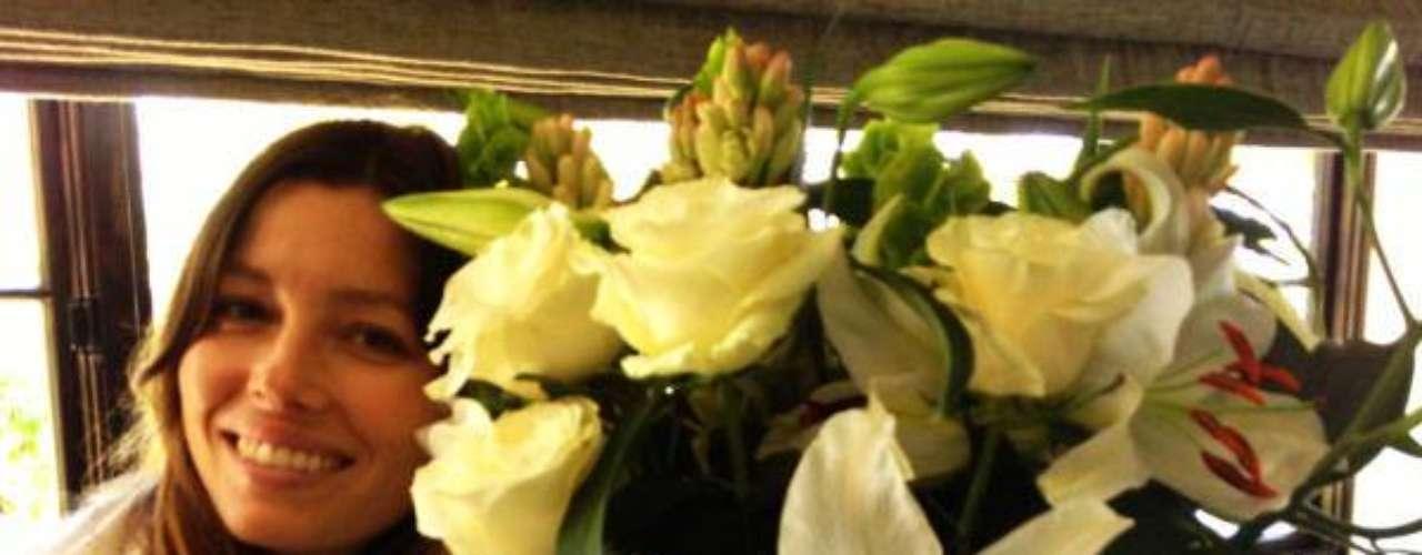 13 de Septiembre - Jessica Biel dio las gracias públicamente a otro hombre que no es su esposo Justin Timberlake por las flores que le envió diciendo que él sí sabía cómo tratar a una mujer. ¡Que alguien le avise a Justin!