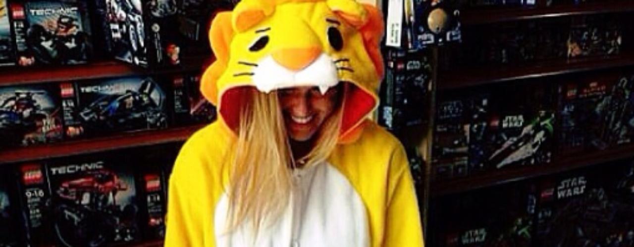 13 de Septiembre - ¡Roar! Así tituló esta foto la guapa Bar Refaeli al posar con un traje de tigre.
