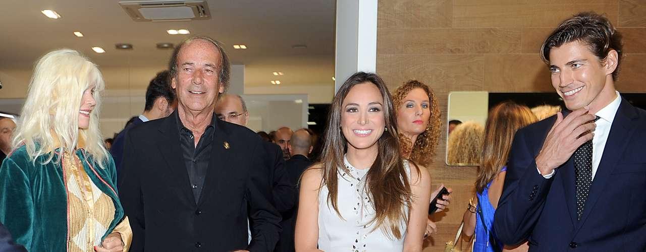 La hija del marqués de Gruiñón, a la que no se le conoce ningún amor reciente, posó junto al modelo catalón Oriol Elcacho ataviada bajo un vestido beige con pedrería en tonos más oscuros, a juego con sus zapatos.