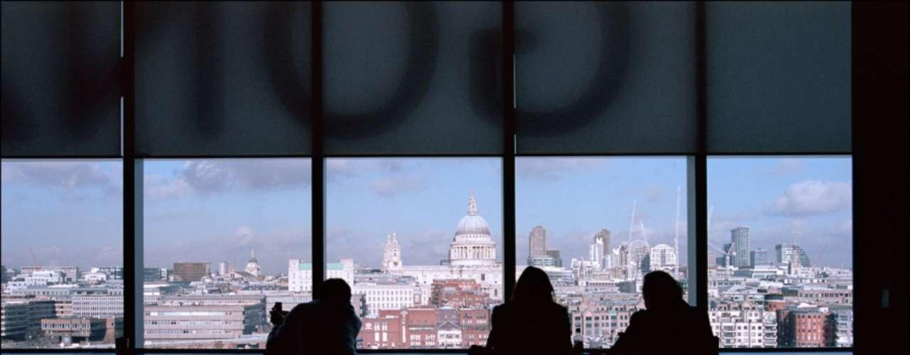 Londres desde la Tate Modern. El Museo Nacional Británico de Arte Moderno, situado en pleno centro de la ciudad y en uno de los márgenes del rio Támesistiene en su planta más alta una cafetería con terraza que ofrece una preciosa panorámica de la ciudad.